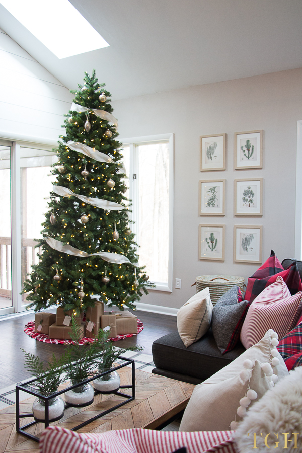 Christmas living room with vaulted ceilings decor ideas